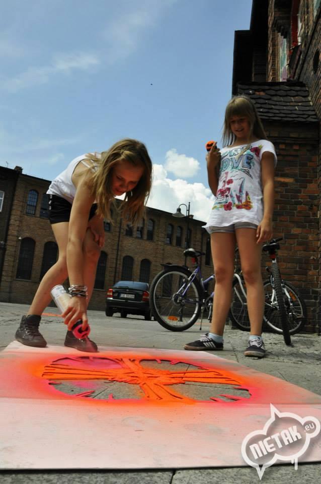 nauka graffiti na chodniku